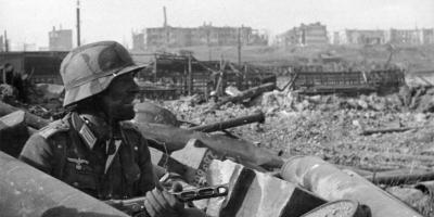 A German soldier in the ruins of the city of Stalingrad. October, 1942. Copyright: Bundesarchiv, Bild 116-168-618 / CC-BY-SA 3.0. Source: Wikipedia