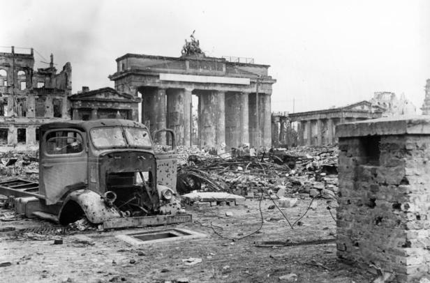 The Brandenburg Gate in Berlin after the battle, 1945. Author: Bundesarchiv, B 145 Bild-P054320 / Weinrother, Carl / CC-BY-SA 3.0