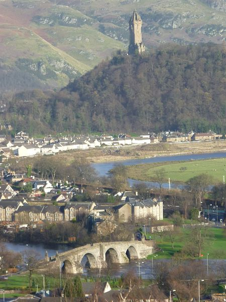 450px-Old_Stirling_Bridge_and_the_Abbey_Craig_with_the_Wallace_Monument,_Stirling_Scotland.jpg