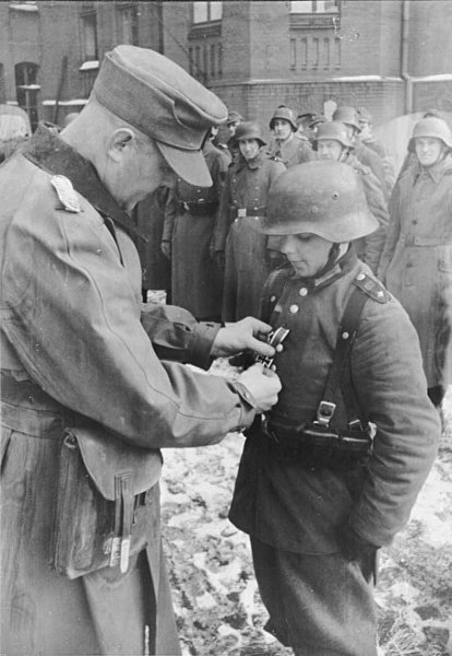414px-Bundesarchiv_Bild_183-G0627-500-001,_Auszeichnung_des_Hitlerjungen_Willi_Hübner