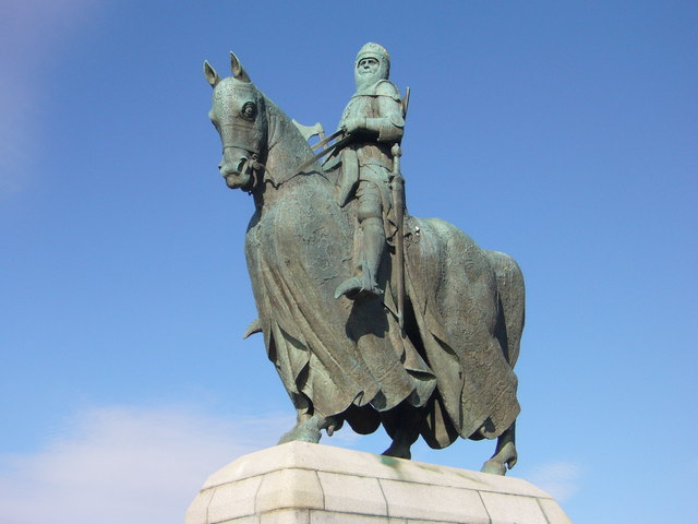 King Robert's statue wearing full armour and holding a battleaxe on the eve of Bannockburn battle